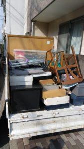 軽トラックへ粗大ゴミ等の不用品を積んでおります。