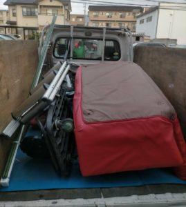 軽トラックへソファーやガラステーブル等の粗大ゴミを積んでおります。