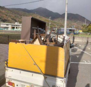 棚やダイニングテーブルセット等を軽トラックへ積みこみました。