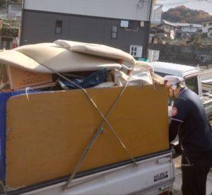 軽トラックに不用品を積んでおります。
