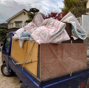 軽トラックへ布団等の不用品を積んでいます。