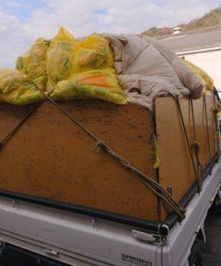 軽トラックへ分別したゴミ等を積んでおります。