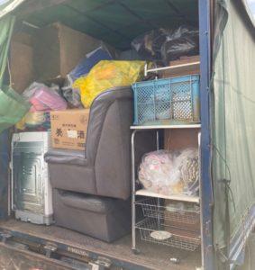 4tトラックと軽トラックへ不用品を積んでおります。