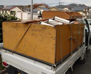 軽トラックへ粗大ゴミ等を積込んでいます。