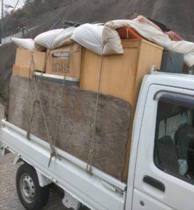 軽トラックへ家具等を積んでおります。