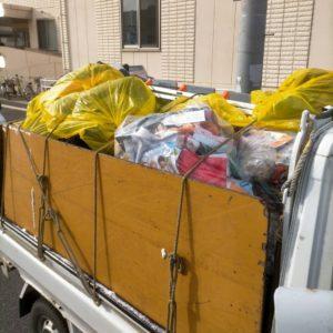軽トラックへ袋詰したゴミ類を積んでおります。