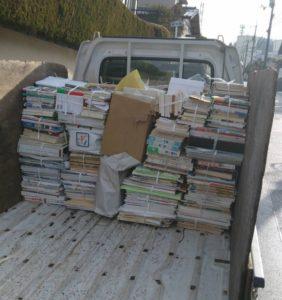 軽トラックへ本を積んでおります。