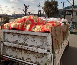 1tトラックへ小物類の不用品を積んでおります。