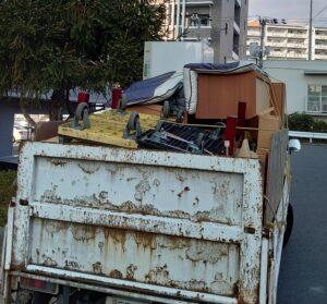1tトラックへ粗大ゴミ等を積んでおります。