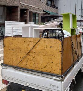 軽トラックへ粗大ゴミ等を積んでおります。