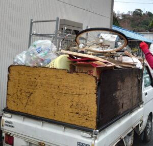 軽トラックへゴミ等を積んでおります。