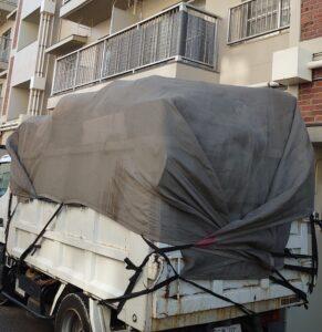 3tトラックと1tトラックへ不用品を積んでおります。