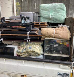 軽トラックへ不用品を積んでおります。