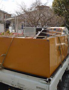 軽トラックへ粗大ゴミを積んでおります。s