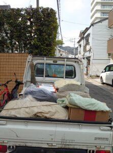 軽トラックへ不用品を積み込んでおります。