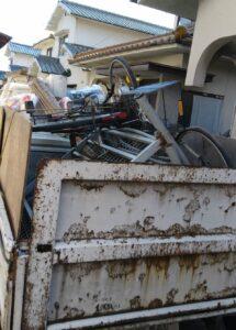 粗大ゴミを1tトラックに積んでおります。
