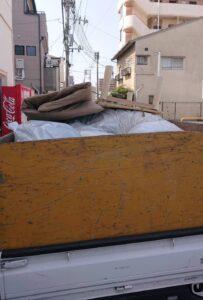 軽トラックへゴミを積んでおります。