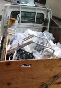軽トラへゴミ袋を積んでおります。