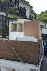 軽トラへ家具類を積んでおります。