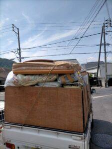 軽トラへ不用品を積んでおります。