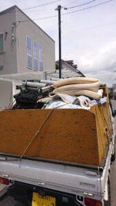 軽トラへ粗大ゴミを積んでおります。